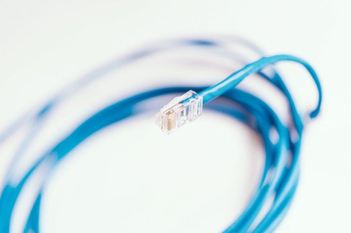 青の一般的なLANケーブル