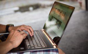 パソコンでブログを書いている様子