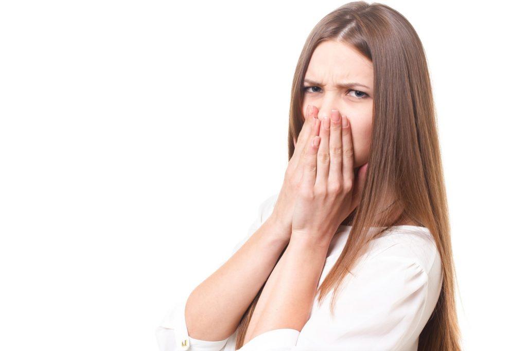口臭を嫌がる外国人の女性