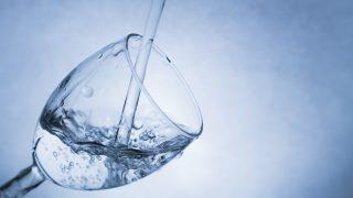 グラスに注がれる清潔な水