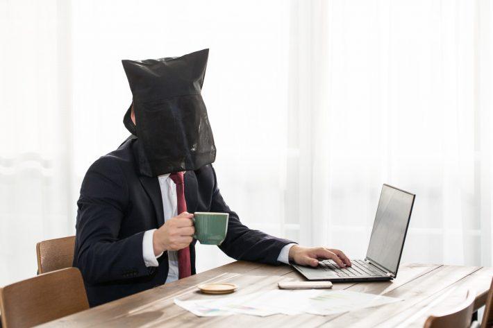 パソコンでアニメを見ている影武者