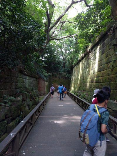 旧日本軍がつくったレンガ造りに囲まれた猿島のハイキングコース
