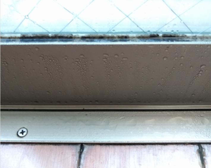 窓枠に結露してできた水滴