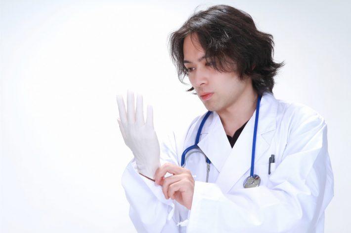 手袋をはめている医師