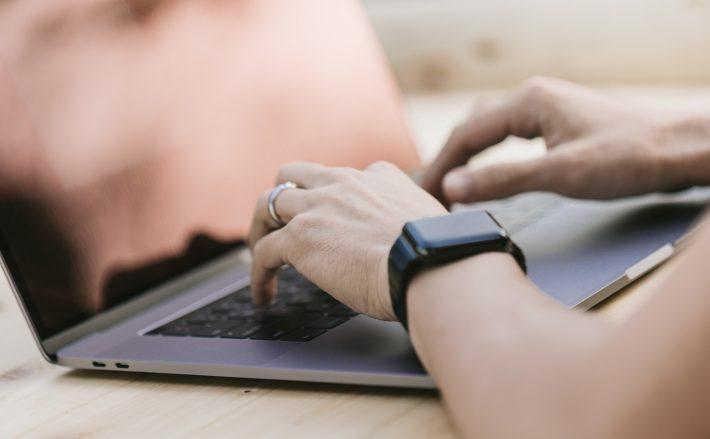ノートパソコンで記事を書いているプロブロガー