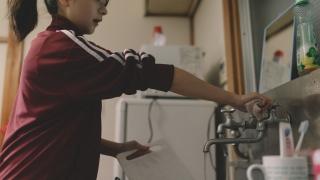 溜まった洗い物をする貧乏学生(アパート暮らし)