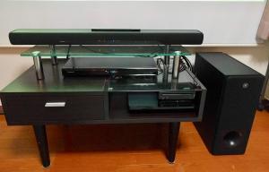 設置されたホームシアタースピーカー、ブルーレイレコーダー、ゲーム機器