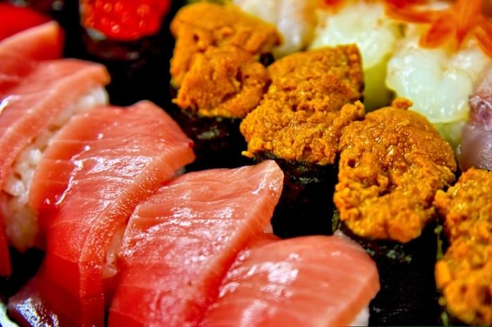 詰め合わされたうにとトロのお寿司