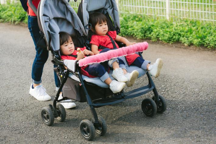双子ちゃんがベビーカーでお散歩中