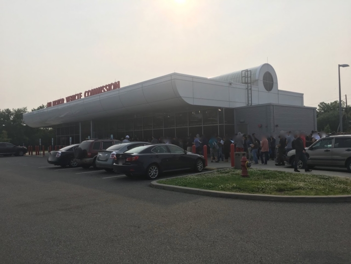 LodiのMVCの土曜朝8時頃の様子。長い列が建物の後ろまで。。。