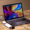 MacBook Proがイケてる机にある絵