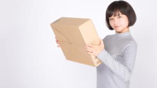 Amazonの荷物を受け取った女性