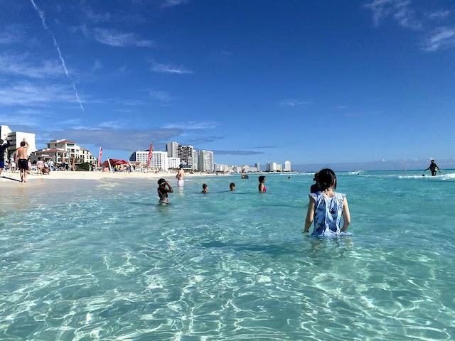 カンクンの白い砂浜と青い海のビーチ