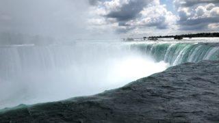 ナイアガラの滝の滝壺からの豪快な水しぶき